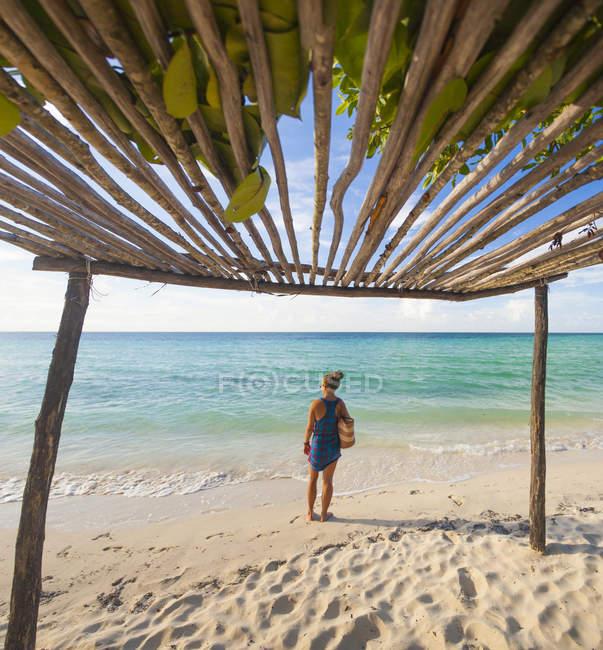 Молодая женщина носит пляжную сумку на пляже в Кайо Коко, Куба — стоковое фото