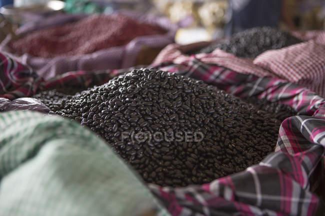 Корзина сырья черные бобы — стоковое фото