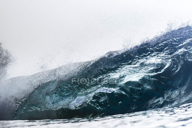 Порожній Хвиля перерв протягом дрібної риф — стокове фото