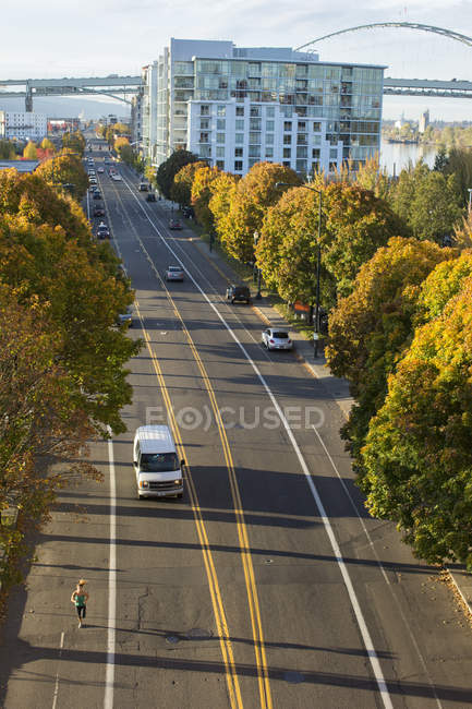Женщина бегает по улицам Портленда, Орегон, США — стоковое фото