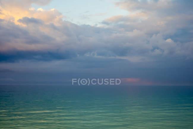 Грозових хмар над заспокоїти океан на світанку, острів Боракай, Аклан провінція, західні Visayas Філіппін — стокове фото