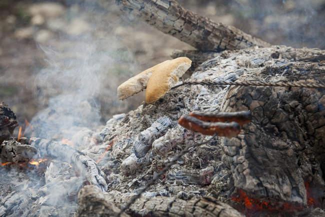 Зажарочні хот-доги і булочки напіввипечені над розпеченим — стокове фото