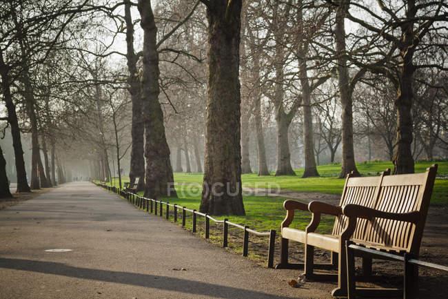 Vue du banc de parc à Hyde Park, Londres — Photo de stock