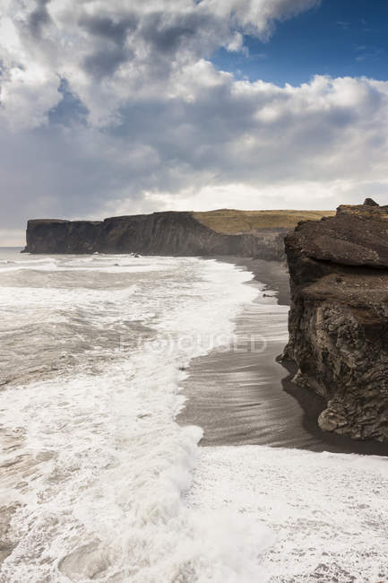 Black beach at Reynisfjara — Stock Photo