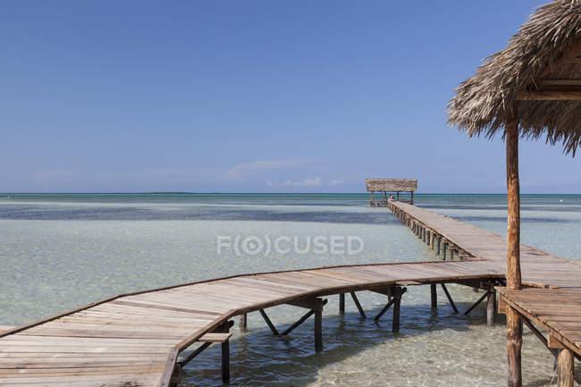 Деревянный причал, введя бирюзовой водой в Кайо Гильермо, Куба — стоковое фото