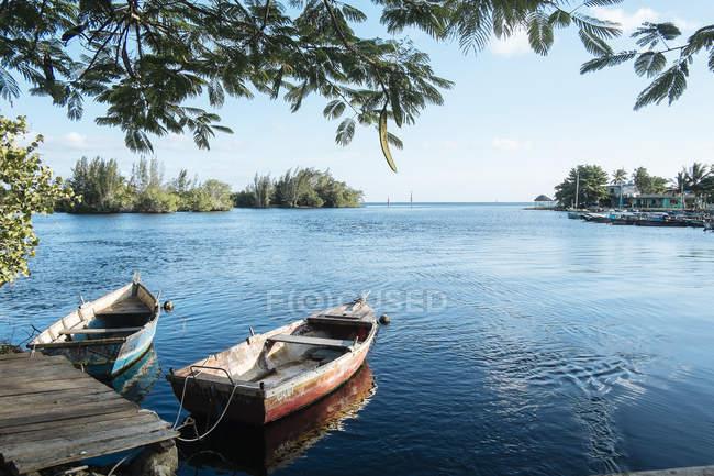 Zwei Ruderboote gebunden, ein kleiner Hafen in Playa Larga, Kuba — Stockfoto