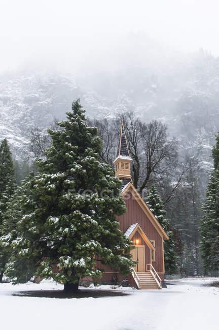 Église de Yosemite en hiver avec des Monts Brumeux en arrière-plan — Photo de stock