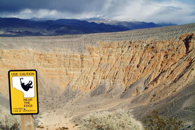 Ubehebe Crater avec panneau, Parc National de Death Valley, Ca — Photo de stock