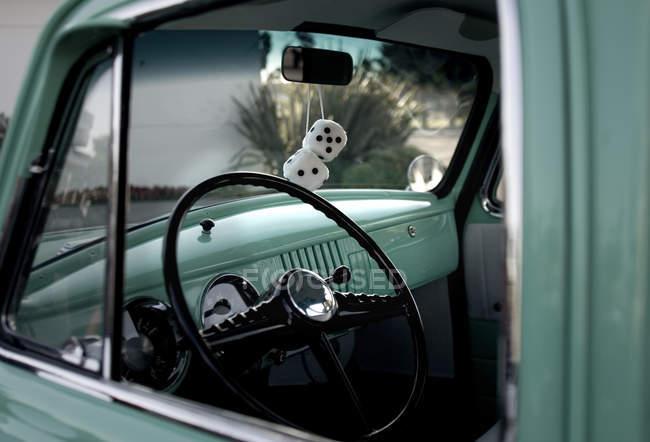 Voiture classique avec fuzzy dice suspendus au rétroviseur — Photo de stock