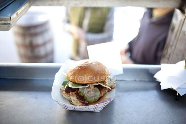 Gros plan du hamburger vendu en camion de nourriture — Photo de stock