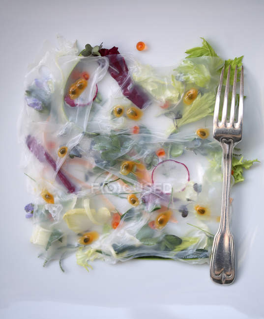 Вид сверху здоровый салат и вилкой на настольные — стоковое фото