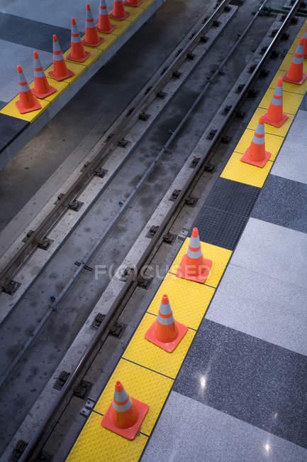 Оранжевые конусы предупреждение на треках Барт — стоковое фото