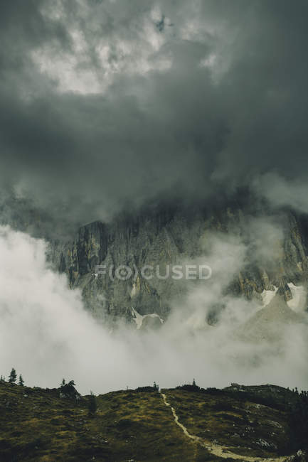 Montaña rocosa con cielo nublado oscuro - foto de stock