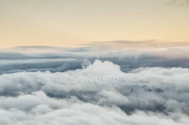Sunset sky above fluffy clouds — Stock Photo