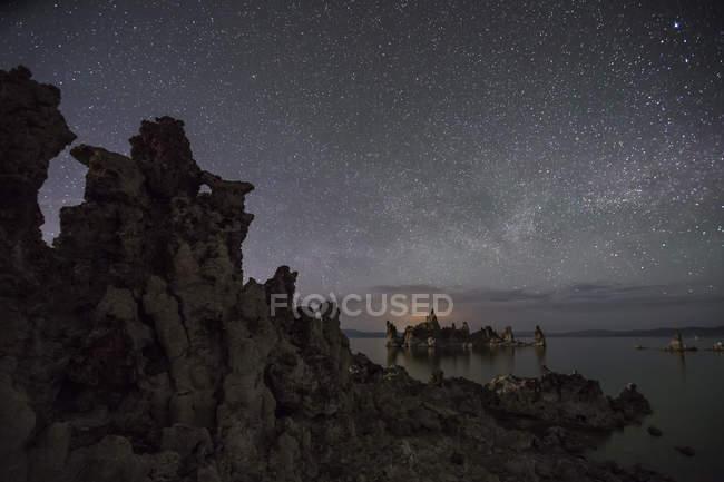 Чумацький шлях зірочок світиться в небо над відомим озеро моно — стокове фото