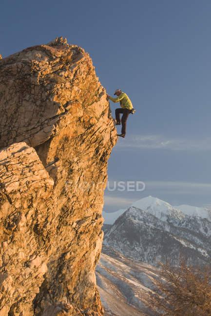 Uomo roccia salendo a bordo ripido alla roccia superiore Petes, Salt Lake City, Utah — Foto stock