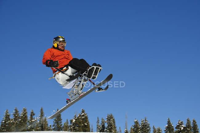 Vue de bas angle du ski d'homme dans le Colorado — Photo de stock