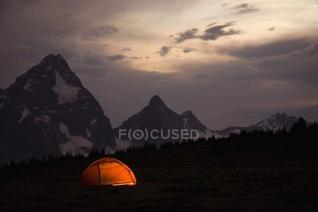 Tienda de iluminación de gama de la montaña de interior - foto de stock