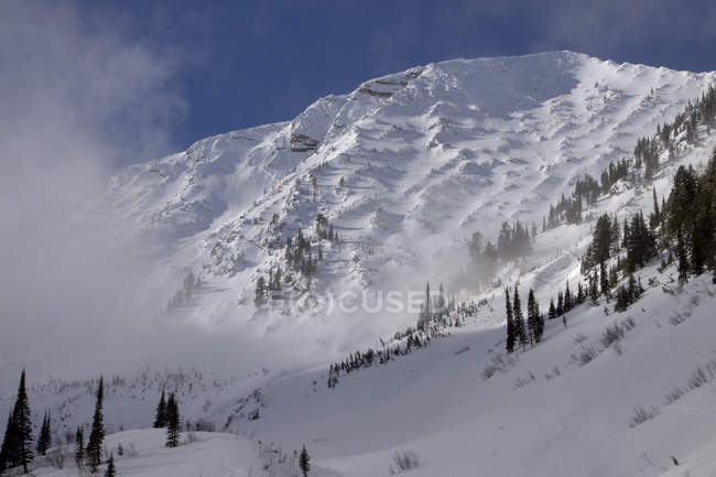 Snowcapped mountain with blue cloudy sky — Stock Photo