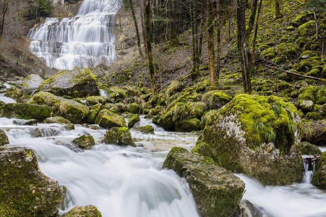 Cascate con creek e rocce coperte di muschio — Foto stock