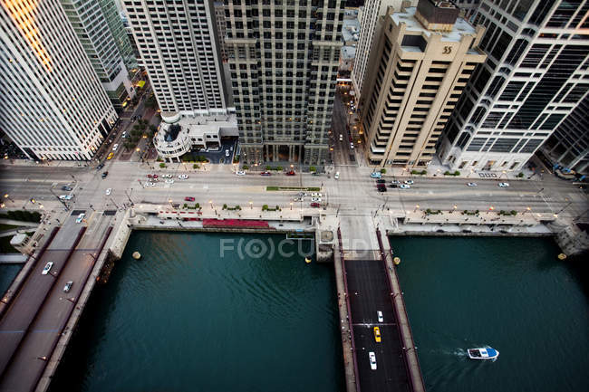 Aerial view of Chicago River with skyscrapers — Stock Photo