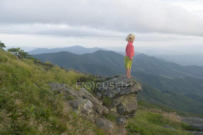 Junge Mädchen stehen auf Felsen Sonnenuntergang von Grassy Ridge, Roan Hochland, Bakersville, North Carolina — Stockfoto