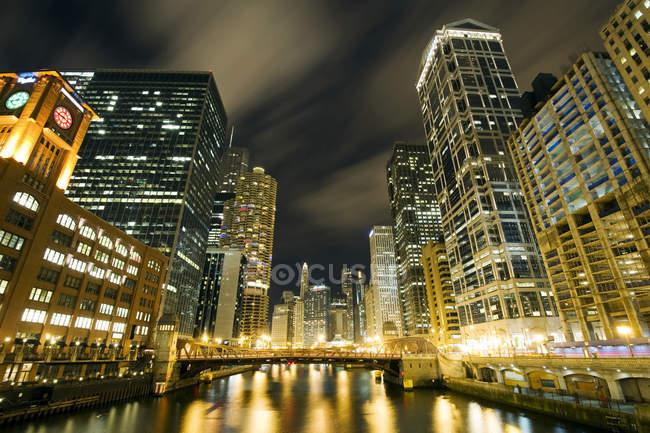 Небоскребы, освещается в ночное время вдоль реки Чикаго — стоковое фото