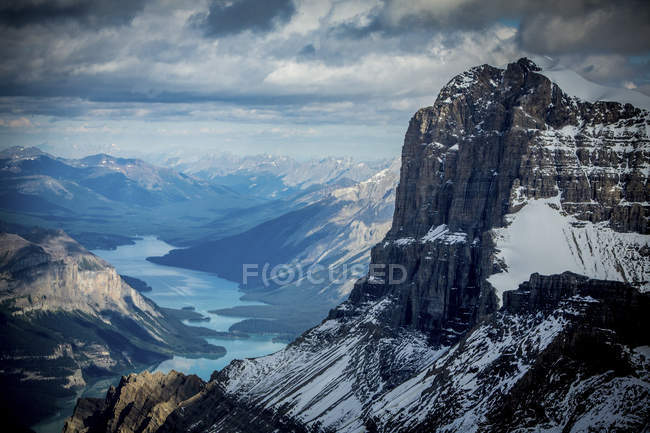 Scenic View Of Maligne Lake surrounded by mountains — Stock Photo