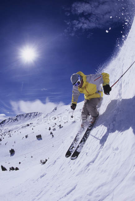 Vue faible angle d'homme ski à Loveland, Colorado — Photo de stock