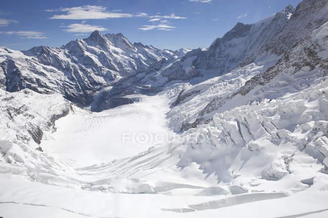 Fiescher Gletscher und schneebedeckte Berge im gleißenden Sonnenlicht — Stockfoto