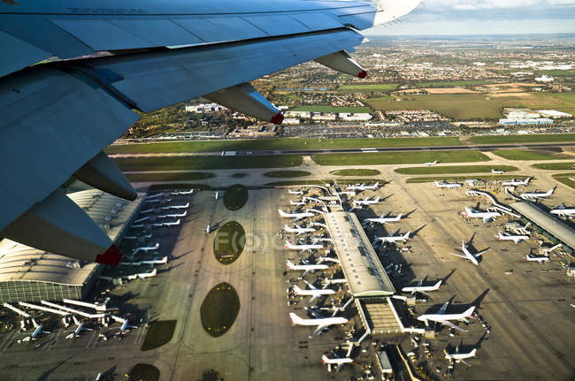 Лондонский аэропорт Хитроу, видно из самолета — стоковое фото
