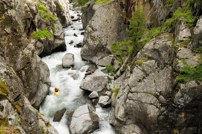 Kayakiste descendant Vallecito ruisseau, le ruisseau de haut rang difficulté dans la forêt nationale de San Juan, Durango, Colorado — Photo de stock