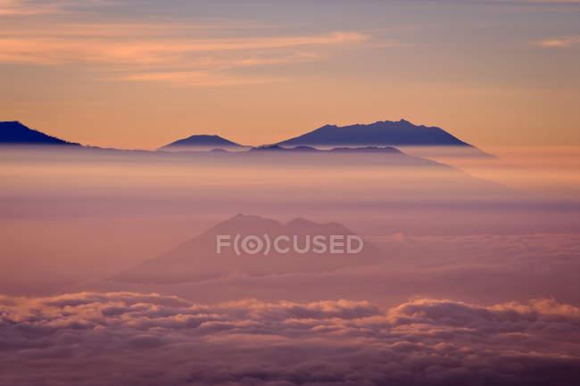 Montanhas para subir sem nuvens na luz do amanhecer — Fotografia de Stock