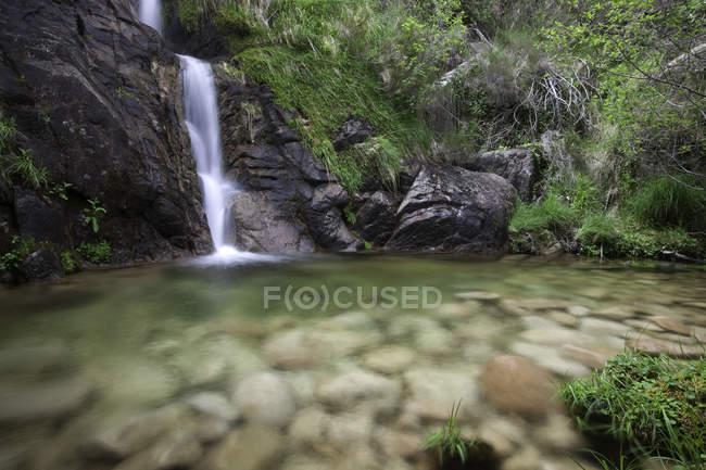 Langzeitbelichtungsaufnahme des Wasserfallflusses — Stockfoto