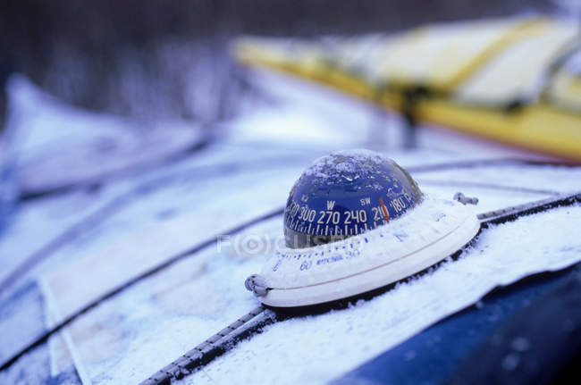 Компас на палубе каяк, выборочный фокус — стоковое фото