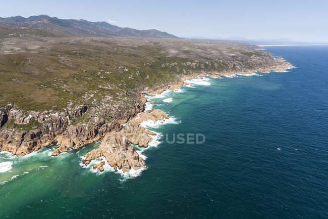 Vista aérea do litoral rochoso com ondas de surf — Fotografia de Stock
