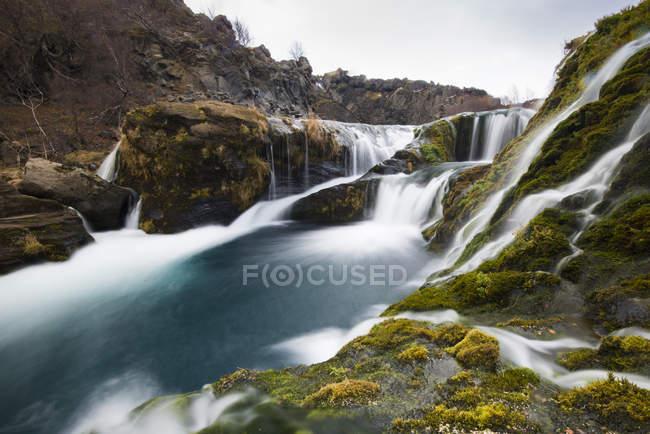 Esposizione lunga di acqua cascate che cade — Foto stock
