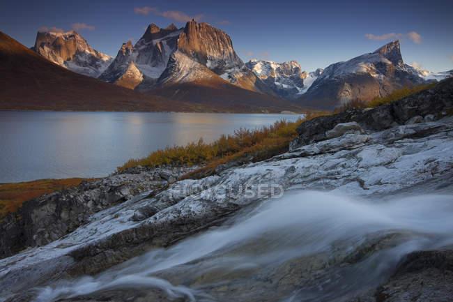 Fluss von Bach mit Bergen im Hintergrund — Stockfoto