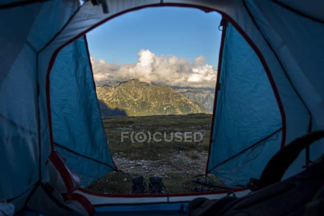 Vue des montagnes à travers de la porte de la tente — Photo de stock
