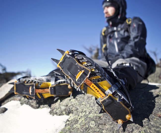 L'alpiniste avec crampons sur repose sur l'éperon rocheux en montagnes blanches du New Hampshire — Photo de stock