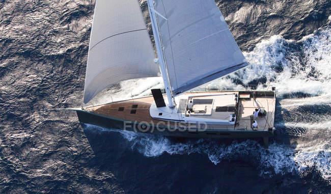 Malerische Aussicht auf Segelboot im Mittelmeer — Stockfoto