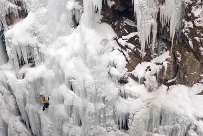 Escalade d'une cascade gelée sans corde à Ouray Ice Park à Ouray, Colorado grimpeur de glace — Photo de stock