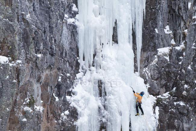Cascade gelée ascendante de glace grimpeur — Photo de stock