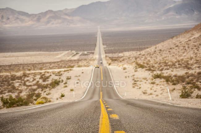 Дорога, яка веде до Долина смерті з гори на далеких — стокове фото