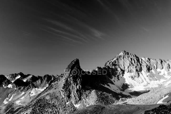 Schneebedeckte Bergspitzen in der Sonne, schwarz / weiß — Stockfoto