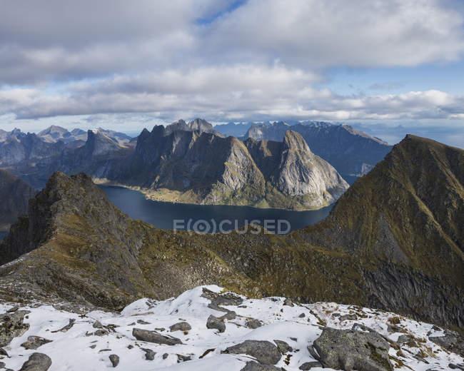 Découvre à travers les montagnes et les fjords de la crête de la montagne — Photo de stock