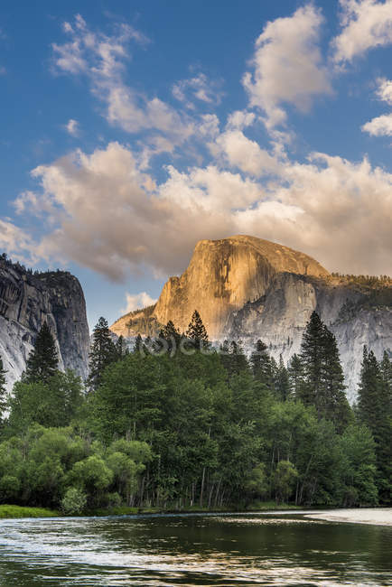 Meia cúpula rock e Rio Merced ao pôr do sol, Parque Nacional de Yosemite — Fotografia de Stock