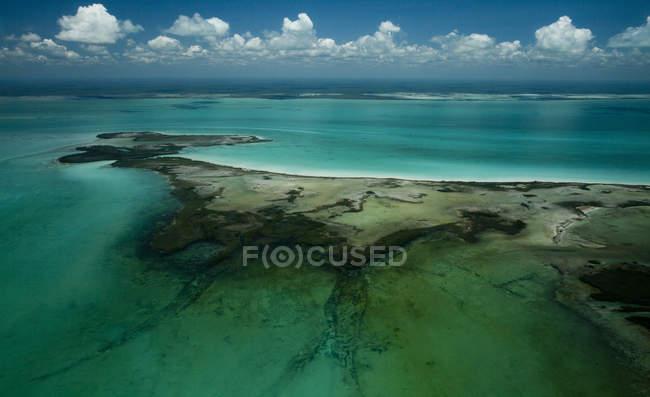 Vista aerea della linea costiera dell'isola con acque azzurre — Foto stock