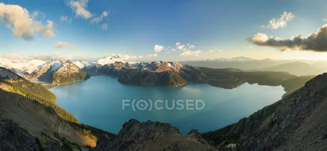 Vue panoramique du lac Garibaldi, entourée de montagnes de soleil éclairé — Photo de stock