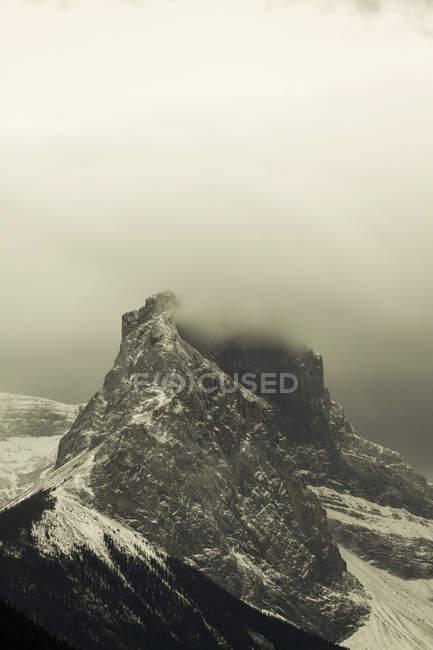 Pico de montanha, rodeado por nuvens — Fotografia de Stock